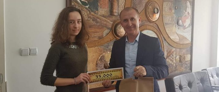 Теона Кировска ученичка во СОУ Кочо Рацин ќе не претставува на Меѓународната јуниорска олимпијада по природни науки во Доха, Катар