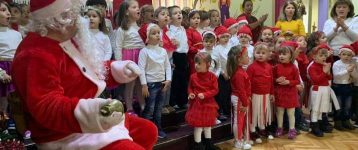 Децата од училиштата и градинките добија пакетчиња од Дедо Мраз