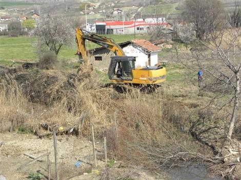 Продолжува чистењето на светиниколска река.